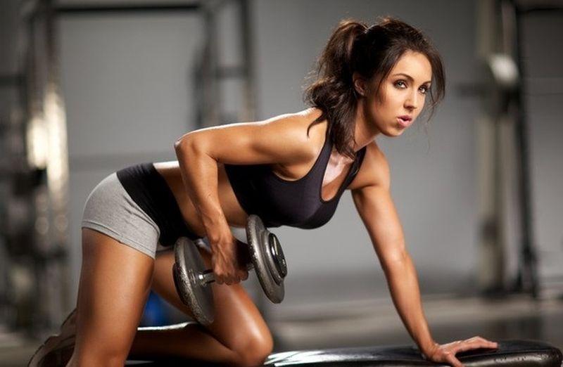 Фітнес дома: вправи з гантелями дома для м'язів спини