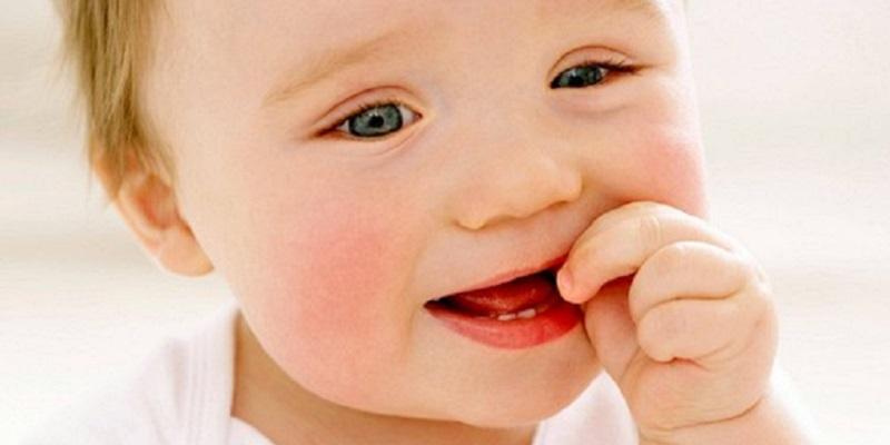 У дитини лізуть зуби: 6 простих методів, як полегшити біль