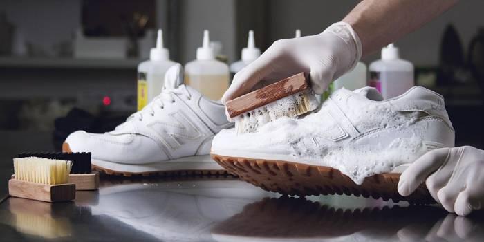 Як почистити біле взуття з тканини, шкіри або замші