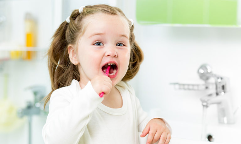 Молодим батькам: коли починати чистити зуби дитині і як правильно це робити