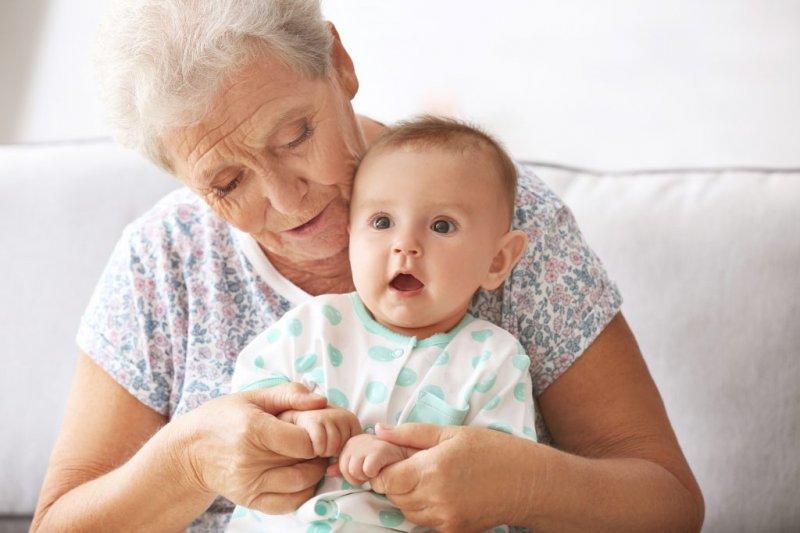 8 дуже дивних порад, які бабусі дають молодим матерям
