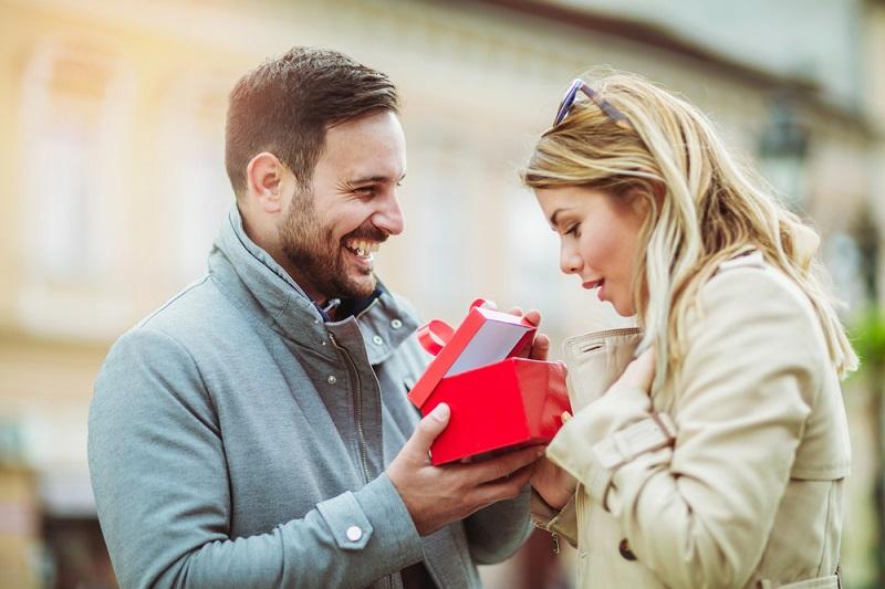 Подарунки: кращі ідеї для дівчат