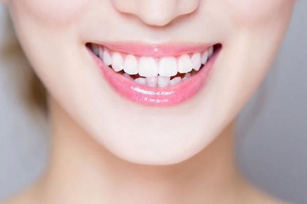 Запитали у стоматолога: чому з'являється чорний наліт на зубах