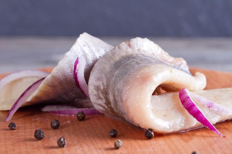 Як швидко почистити оселедець від кісток: 6 способів, перевірених роками