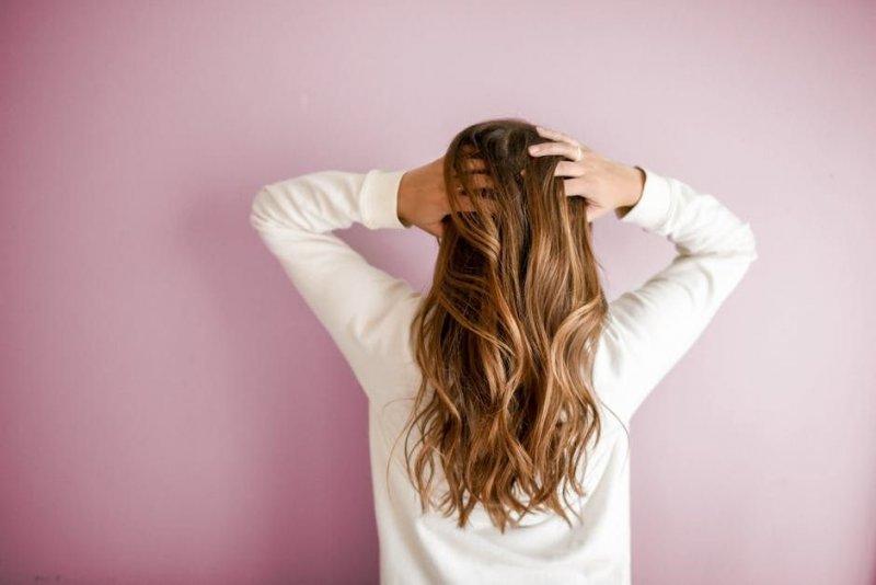 Як використовувати пудру для волосся: 2 простих способи для ідеального обсягу