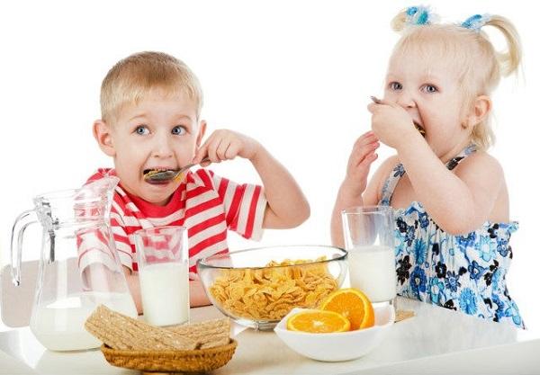 9 продуктів, які ніколи не можна давати дітям