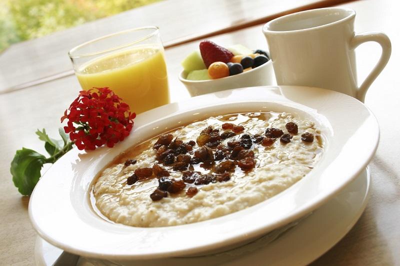 Користь і шкода вівсянки для здоров'я (4 причини не їсти її на сніданок)