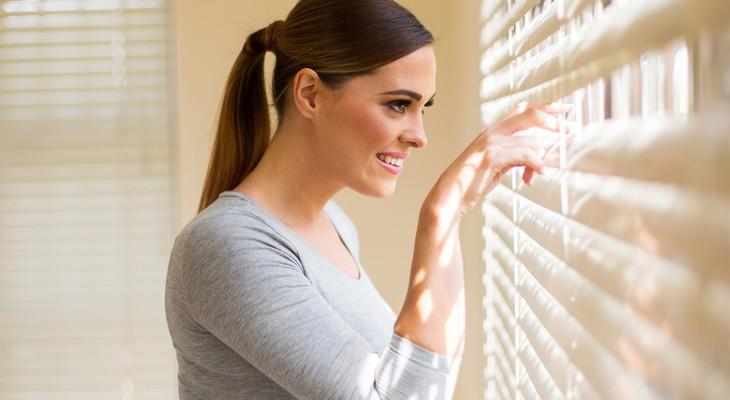 Як швидко помити жалюзі, не знімаючи їх з вікна: докладна інструкція для кожного виду