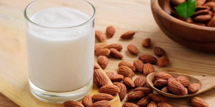 Зміцнення кісток, м'язів, очищення судин: користь і шкода мигдального молока