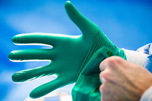 Замість маски: чи рятує від коронавируса носіння рукавичок