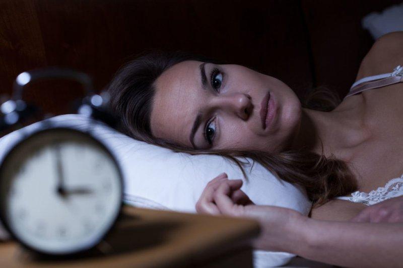 Запитали у сомнолога: чому часто прокидаєшся вночі (і що з цим робити)