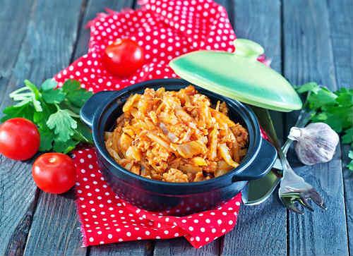Найпростіший рецепт тушкованої капусти зі свининою, беконом і кмином