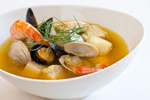 Рецепт ніжного жаркого з морепродуктів в томатному соусі з маслинами, розмарином і часниковим хлібом