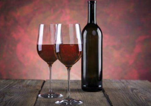 Как разлить вино по бутылкам? Используйте бутыль заплетенная лозой