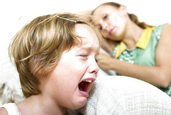 Чому дитина б'ється головою об підлогу і стіни: основні причини такої поведінки, думка психолога