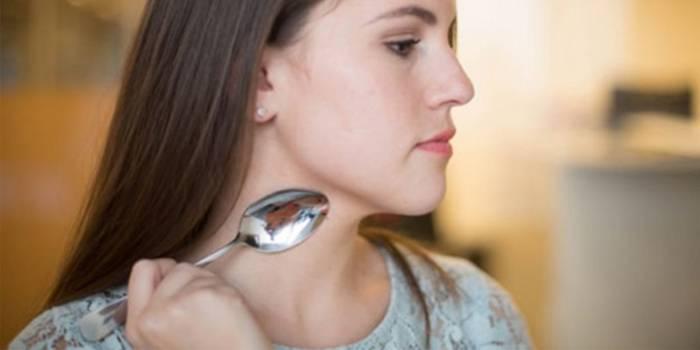 Консилером і не тільки: макіяжні Лайфхаки, які допоможуть позбутися від засосу на шиї