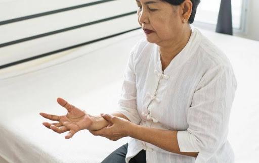 Тремтіння старості: як не пропустити хворобу Паркінсона і вчасно допомогти близькій людині