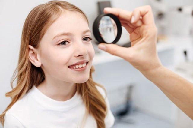 Синдром ледачого ока: що це таке (і чому він частіше буває у дітей)