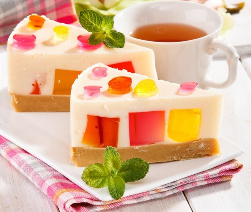 Йогуртовий торт з різнокольоровими кубиками желе